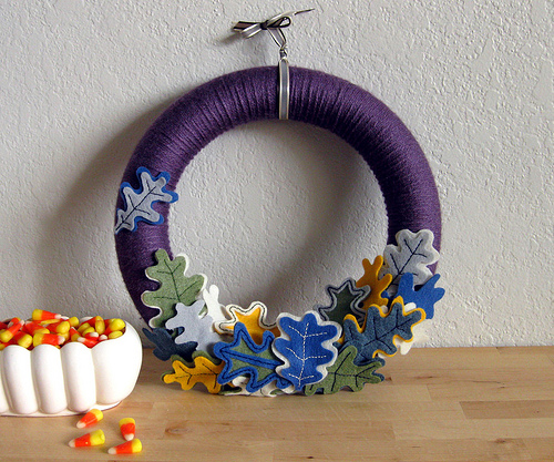 yarn fall wreath with leaves (via vitaminihandmade)