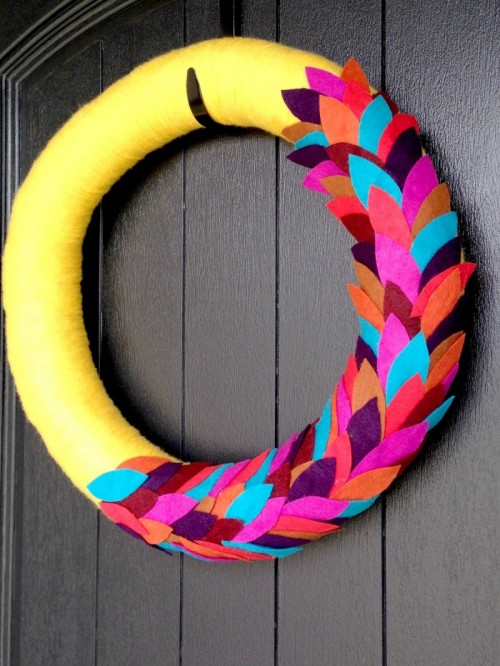bold yarn and felt wreath (via lifelovelarson)