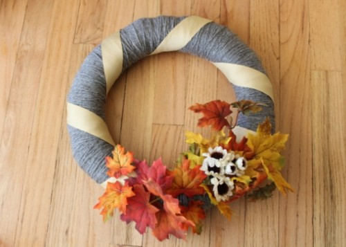 easy fall yarn wreath (via happystronghome)