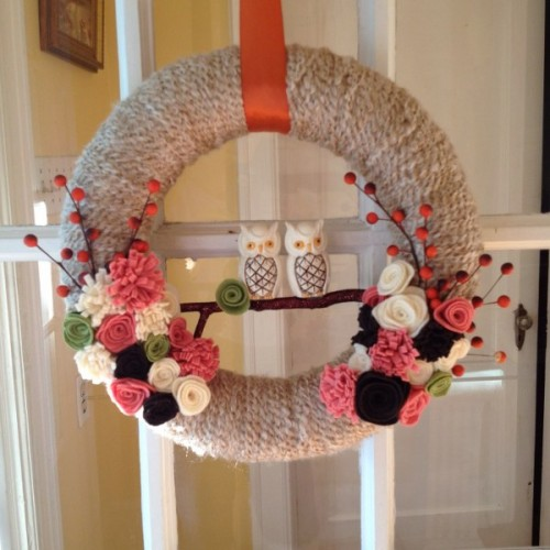 owl yarn wreath (via mysocalledcraftylife)
