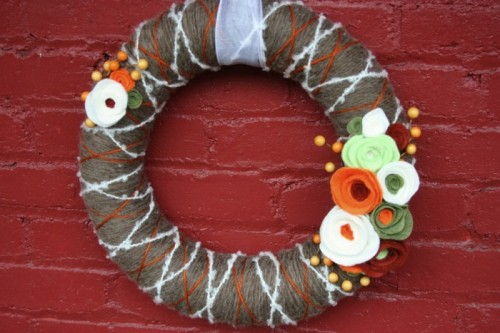 yarn wreath with flowers (via homestoriesatoz)