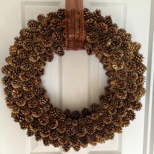 giant pinecone wreath with ribbon (via uptodateinteriors)