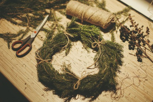 rustic fir wreath (via the-pled)