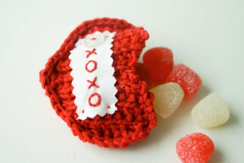 DIY knit valentine pockets (via flaxandtwine)