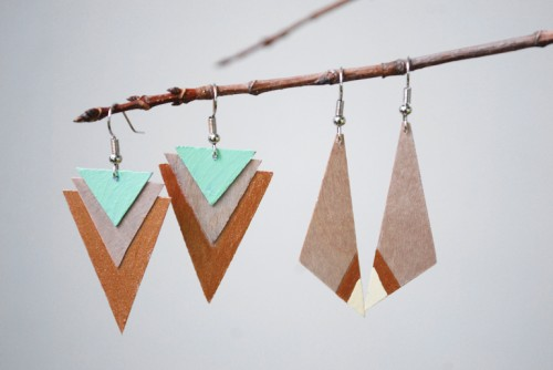 wooden triangles earrings (via themerrythought)
