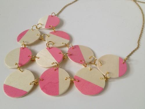 pink wood bib necklace (via fabricpaperglue)