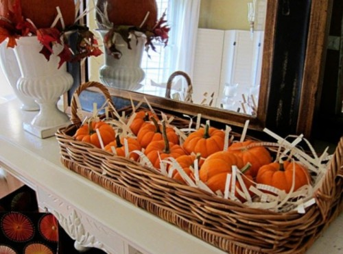 Tiny pumpkins are cute, right? If you also think so, stuff a bunch of them in a woven tray and you got yourself a cool movable piece for fall decor.