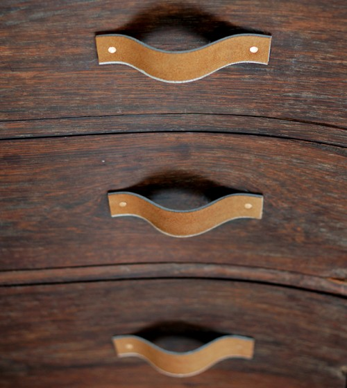 leather belt drawer pulls (via shelterness)