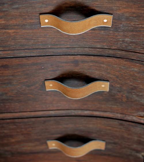 leather belt drawer pulls (via shelterness)