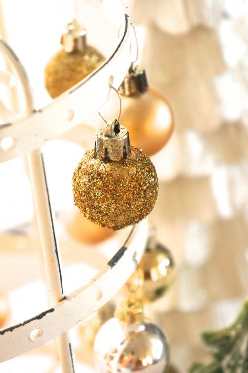 glitter gold ornaments (via cailamade)
