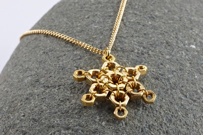 Christmas hex nut necklace (via letandas)