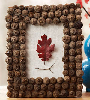 a fall decoration of white burlap, dried acorns and a fall leaf in burgundy is a very chic and natural decoration