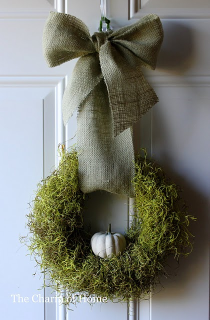 A wreath made of a single pumpkin on a dried moss backdrop is definitely for those who like minimalist, monochromatic color schemes.