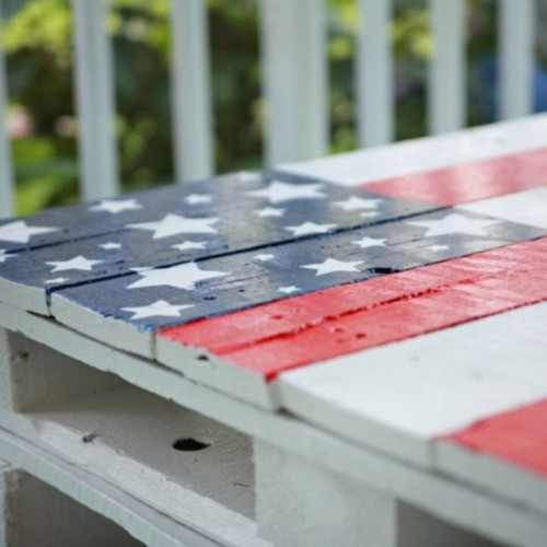 DIY Flag Colored Pallet Table For Independence Day