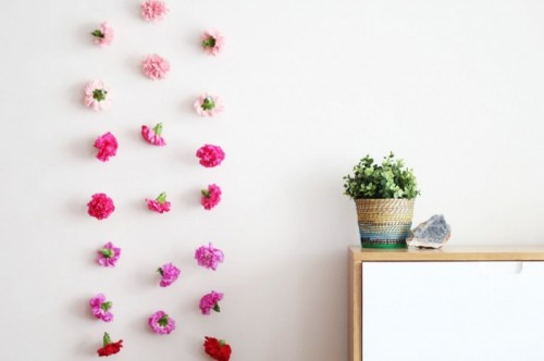 fresh flower wall hanging (via shelterness)