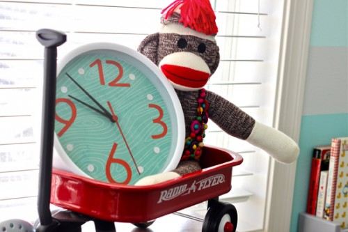Christmas clock makeover (via wonderfuljoyahead)