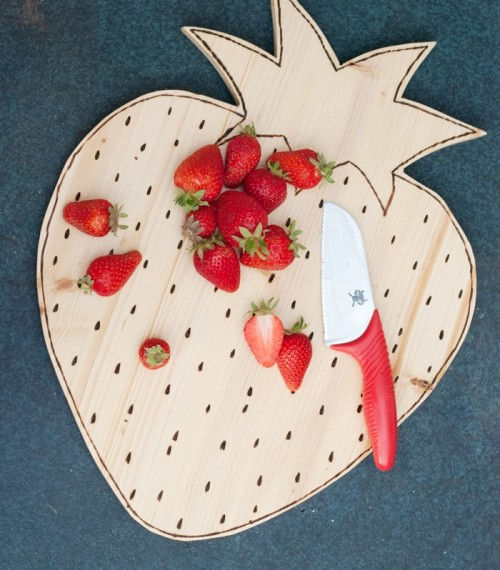 strawberry-shaped cutting board (via shelterness)