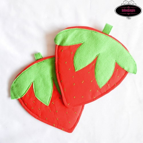 strawberry pot holders (via sewsomestuff)