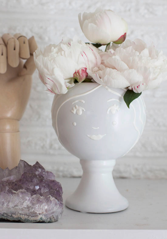 Picture Of fun diy face vase in white  1