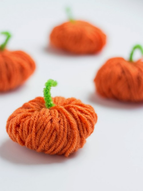 yarn pumpkin garland (via shelterness)