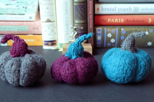 mini felted pumpkins (via shelterness)