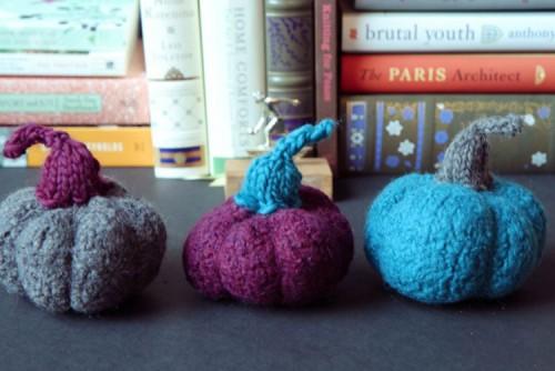 mini felted pumpkins (via shelterness)