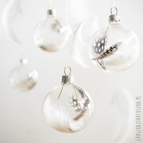 airy feather ornaments (via gruszkazfartuszka)