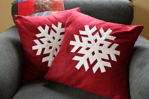 snowflake pillows (via shelterness)