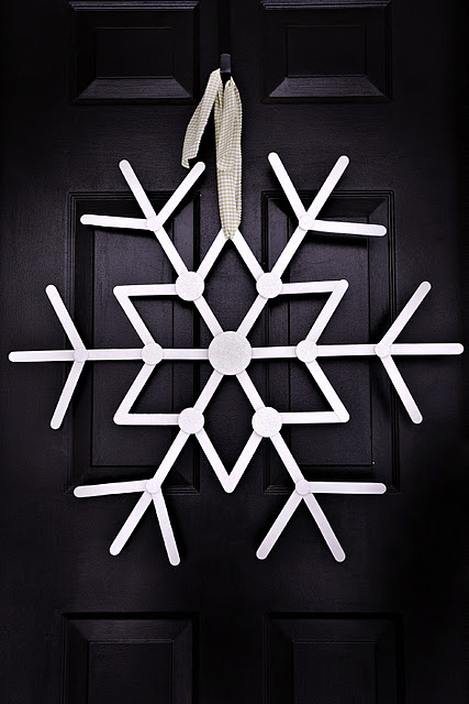 snowflake winter wreath (via shelterness)