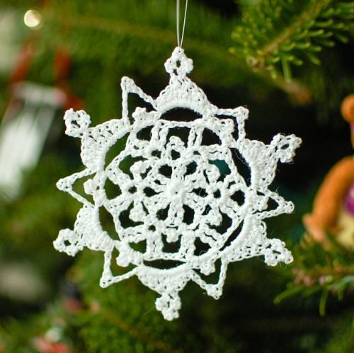 crochet snowflake  (via petalstopicots)
