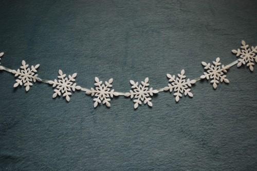 felt snowflake garland (via shelterness)