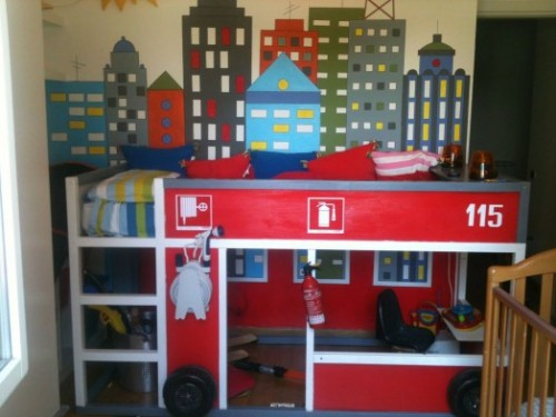 firetruck bunk bed (via kidsomania)