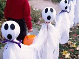 ghosts made of fabric to decorate your outdoor spaces are an easy and budget-friendly decorations for Halloween