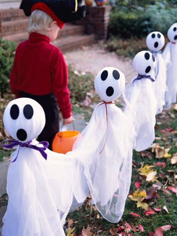 ghosts made of fabric to decorate your outdoor spaces are an easy and budget friendly decorations for Halloween