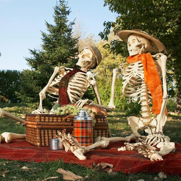 a mini picnic with a couple of skeletons in scarves and hats is a nice idea to decorate your outdoor spaces for Halloween
