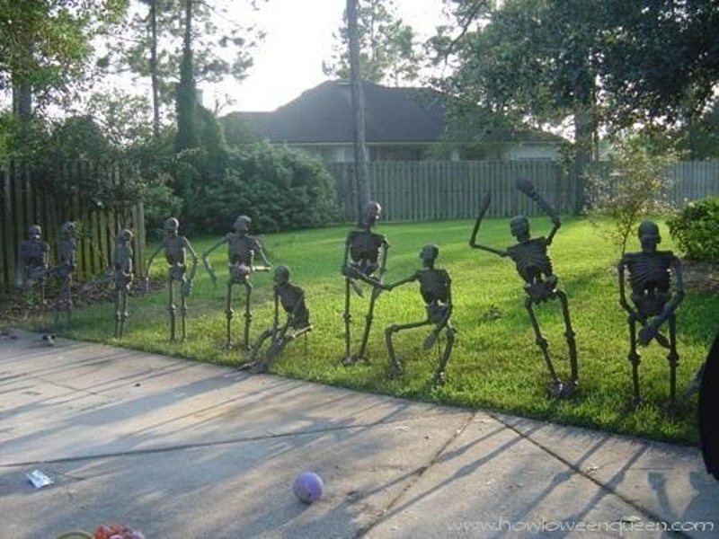 skeletons practicing and training are an amazing Halloween decoration for outdoors, steal this idea