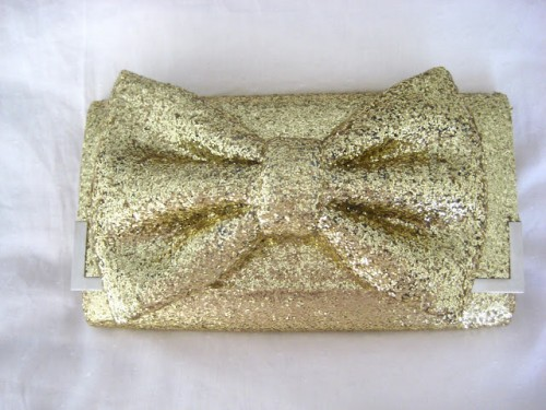 glittery gold bow clutch (via lookingformypearl)