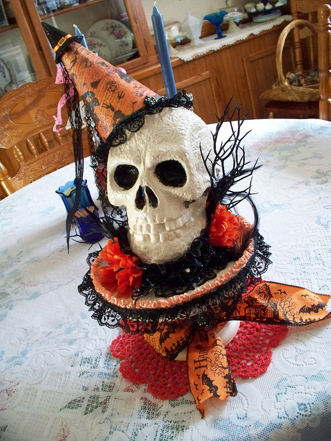 30 halloween table centerpiece ideas shelterness for Halloween table centerpiece ideas