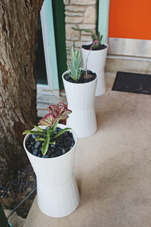 plain white IKEA planters to outdoor ones (via bradybunchremodel)