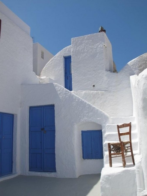 whitewashed Greek walls (via gardenista)