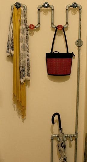 DIY Entryway Rack Made Of Plumbing Pipes (via apartmenttherapy)