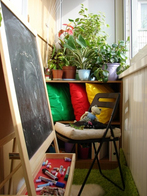 Don't have a space for your kids to draw? Use your balcony for that!