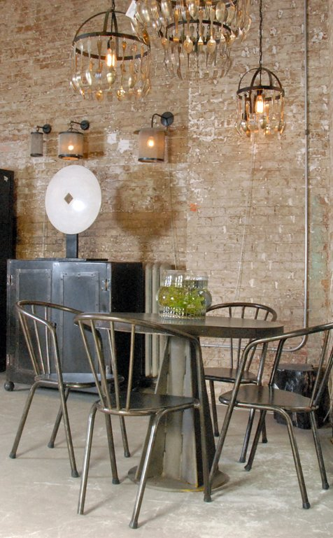 Industrial Interior Design Ideas Part - 45: Vintage Metal Chairs And A Table Are Perfect For A Dining Area