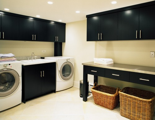 Black storage cabinets and white appliances look really well together.