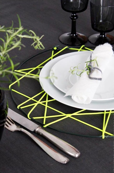 neon table setting (via shelterness)