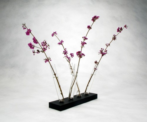 Innovative Magnetic Vase With Unique Flower Arranging Approach