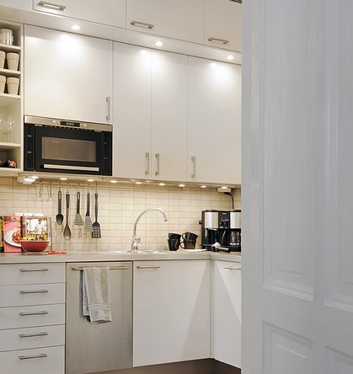 15 examples of mounting microwave in upper cabinets for Building kitchen cabinets in place