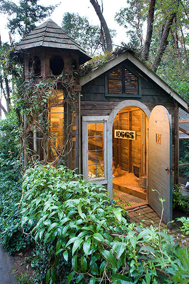 Palace-like Garden Shed (via debraprinzing)
