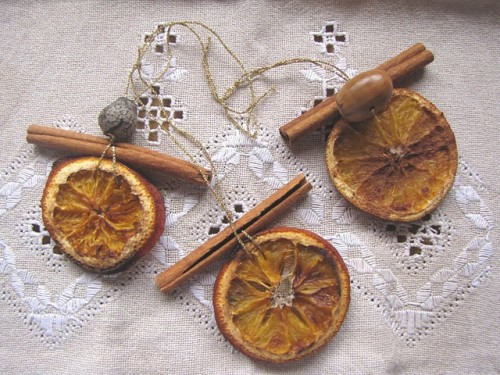 Handmade Citrus and Cinnamon Christmas Ornaments (via naturalsuburbia)