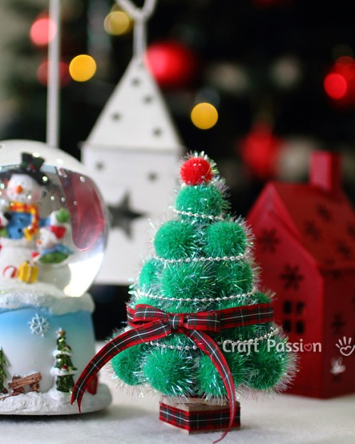 pom pom Christmas tree (via craftpassion)